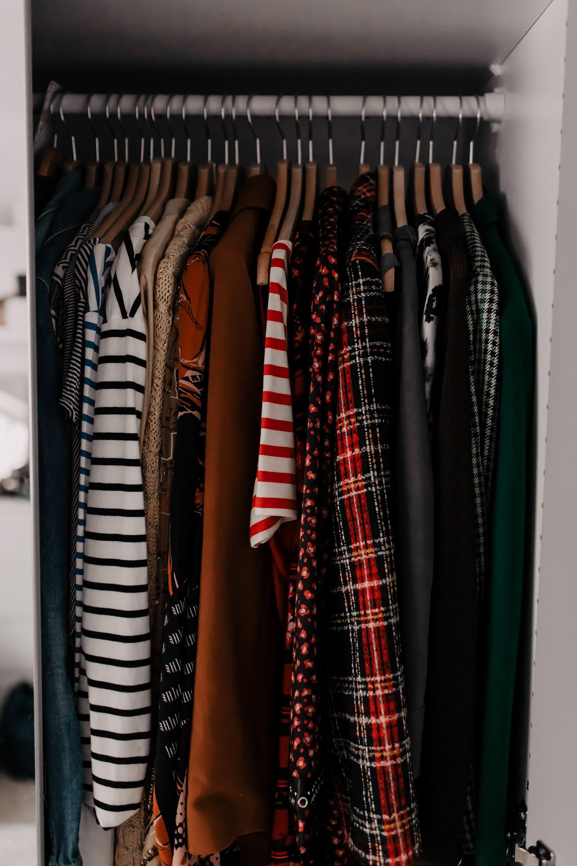 enthält unbeauftragte Werbung // Kleiderschrank richtig ausmisten Regeln, kleiderschrank aufräumen, kleiderschrank richtig einräumen, kleiderschrank richtig entrümpeln, kleiderschrank richtig ordnen, ordnung im kleiderschrank, Ankleidezimmer, Ankleideraum Ideen, Mode Tipps, Modeblogger, www.whoismocca.com #kleiderschrank #ausmisten #entrümpeln #ankleideraum #mariekondo #nachhaltig