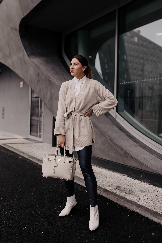 Business-Casual Outfit // enthält unbeauftragte Werbung // dunkelblaue Lederhose, business chic dresscode, business casual definition, business casual dresscode, weiße Stiefeletten kombinieren, weiße Boots mit absatz, weiße boots stylen, dunkelblauer mantel, Frühlings outfit, Mode Tipps, Outfit Ideen, Fashion Blogger, www.whoismocca.com #lederhose #business #casual #birkin #gant #arket #trenchcoat