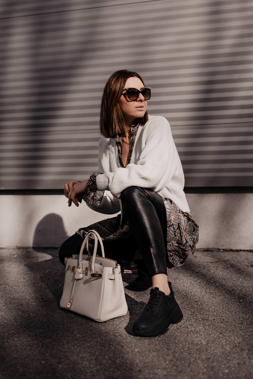 enthält unbeauftragte Werbung // Frühlingstrends 2019,was ist im Frühling 2019 modern,Frühling 2019 Modefarben,Trendfarben Frühling 2019,Frühjahrsmode 2019,welche Schuhe sind im Trend,welche Taschen sind gerade in,welche Schuhe trägt man im Frühling,Modetrends 2019,was ist 2019 modern undim Trend,Taschen Trends Frühjahr 2019, Modeblogger, Styling-Tipps, www.whoismocca.com #modetrends #frühlingsmode #frühlingstrends #trendfarben #fruehjahr2019 #modetrends2019