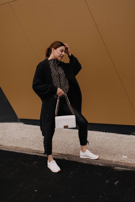 Werbung // weiße sneakers kombinieren,reebok sneakers kaufen,Reebok schuhe kombinieren,isabel marant lederhose,fendi look alike,Chanel boy bag,Frühlings outfit,schwarze Lederhose kombinieren,lederhose und sneakers,outfit mit schwarzer lederhose,Outfit mit weißen sneaker,outfit mit weißen turnschuhen, Mode Tipps, Fashion Blogger, www.whoismocca.com #lederhose #sneakers #reebok #chanel #fendi #lookalike #streetstyle #modetrends