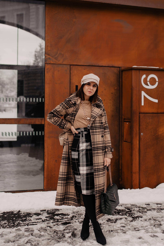 enthält unbeauftragte Werbung // Mustermix outfit,winter trenchcoat kombinieren,karierten rock kombinieren,karo mit karo kombinieren,Winter Outfit mit Rock,saint laurent monogram tasche, Sock Boots, Trenchcoat kaufen, wintermantel outfit, Modeblogger, Mode Tipps, www.whoismocca.com #trenchcoat #mustermix #winteroutfit #ysl #arket #styling