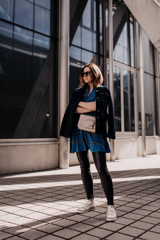 Werbung // Frühlingsoutfit,mytheresa outfits,Ganni Print dress,kleid von ganni, See by Chloe Tasche,Isabel Marant Sneakers,modetrends 2019,frühlingsmode,Lederhose kombinieren,lederhose kaufen,dunkelblaue lederhose,gemustertes Kleid,Designer Outfit,Blusenkleid kombinieren,Hose und Kleid kombinieren,Kleid über Hose, www.whoismocca.com #mytheresa #ganni #isabelmarant #modetrends #frühlingsoutfit #seebychloe