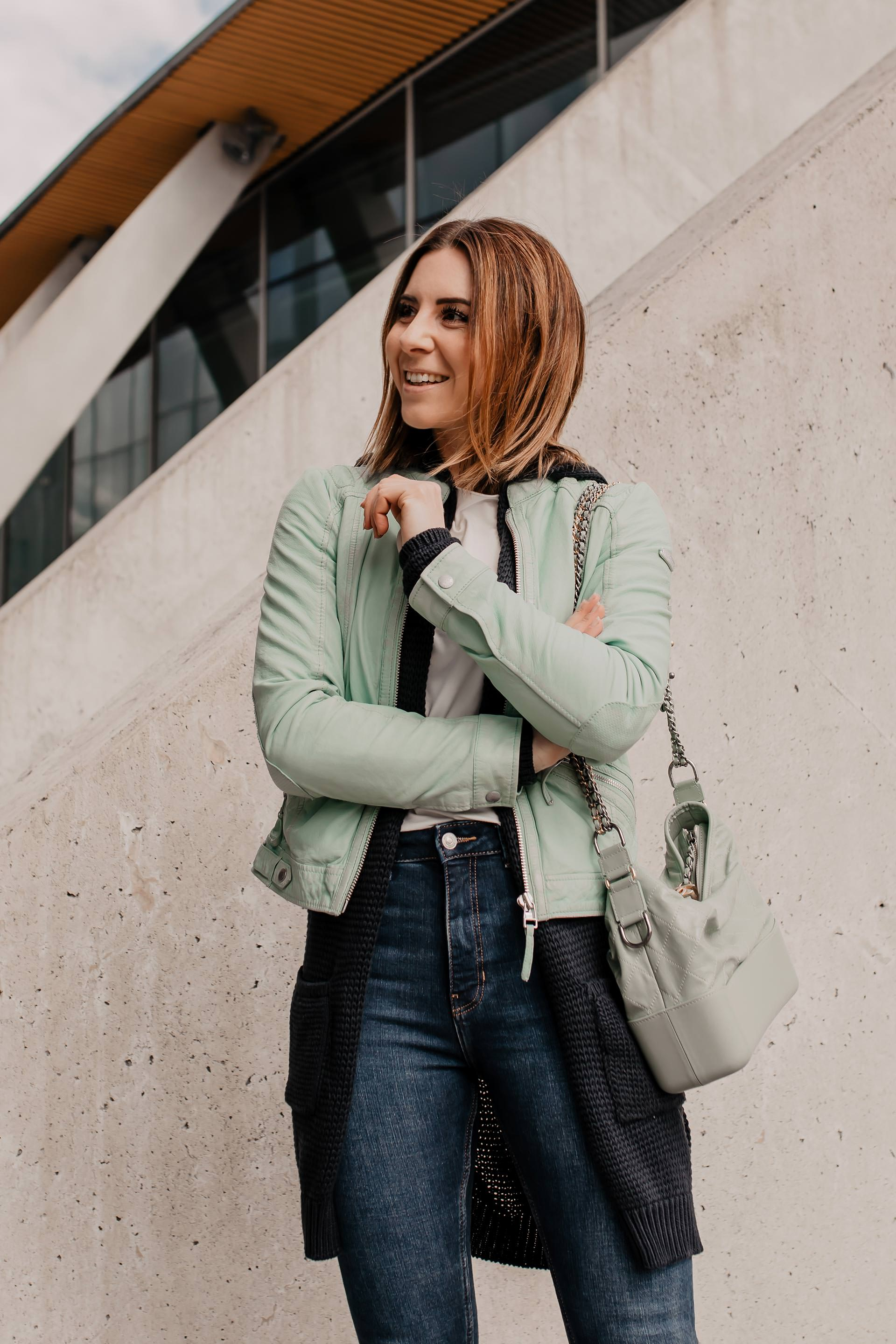 Anzeige // lässiger Alltagslook von SOCCX, Frühlingsoutfit, Basic Casual Outfit, mintfarbene Lederjacke kombinieren, Alltagsoutfit, Outfit mit heller Lederjacke, Casual Kleidung, outfit zusammenstellen, Outfit mit weißen Sneakers, Chanel Gabrielle, Mode Tipps, Modeblogger, www.whoismocca.com #alltagsoutfit #outfitdestages #frühlingsoutfit #modetrends #lederjacke #sneakers