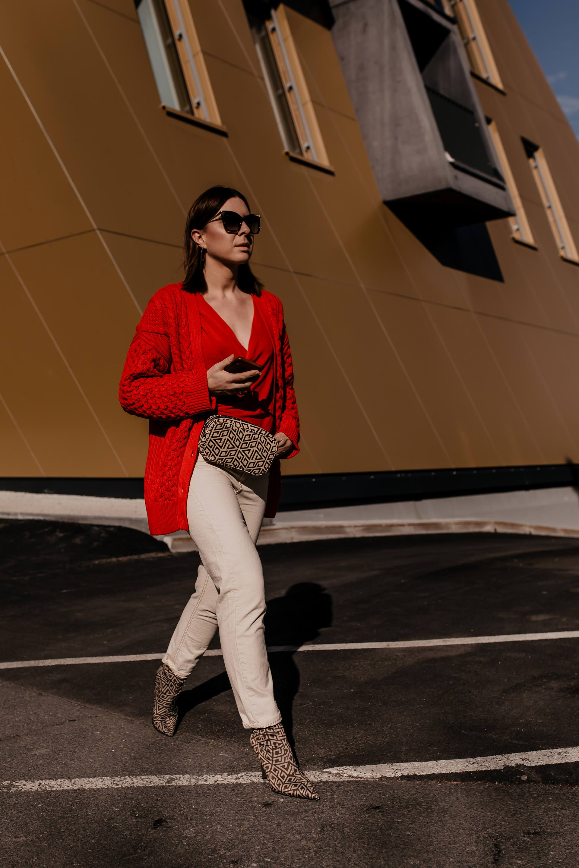 Mom Jeans Outfit kombinieren // unbeauftragte Werbung //Wie kombiniere ich meine Kleidung am besten,wie kombiniere ich mom jeans,helle mom jeans kombinieren,mom jeans kombinieren schuhe,mom jeans kombinieren,mom jeans online kaufen,roten Cardigan kombinieren,Logo Print boots,Fendi Look Alike Boots,Gürteltasche im trend,schöne Gürteltaschen,outfits mit gürteltasche, Mode Tipps, www.whoismocca.com #momjeans #beltbag #logoprint #fendi #lookalike #streetstyle