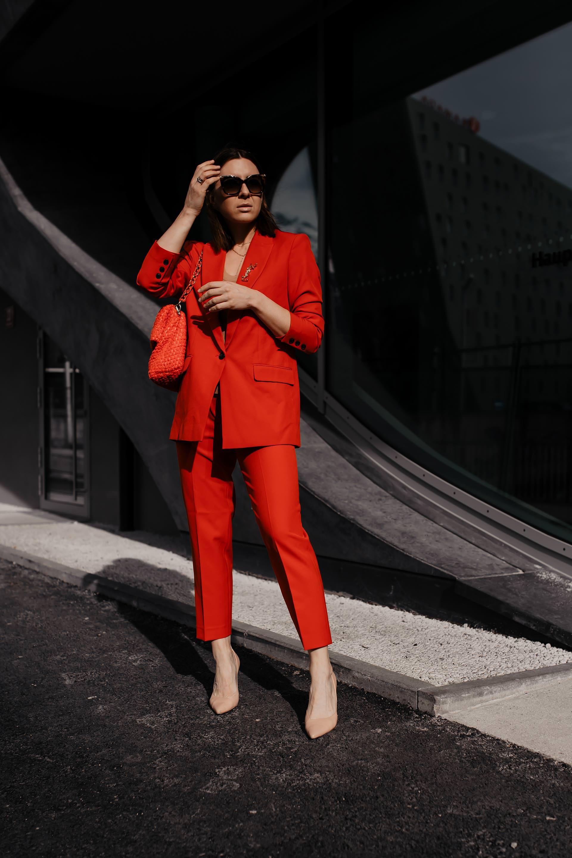 Was ziehe ich im Büro an? // enthält unbeauftragte Werbung // Business Anzug für Frauen,Business Anzüge für Damen,Anzug fürs Büro,Modetrends 2019,was ist im Frühling 2019 modern,was ist im Frühling modern,Trendfarben im frühjahr 2019,business Anzüge kaufen,roter Anzug,pastellfarbener Anzug,welcher Anzug passt zu mir,welche Anzug Farbe passt zu mir,Business mode,Büro Outfit, Mode Tipps, www.whoismocca.com #businesslook #officestyle #buerooutfit #modetrends #trendfarben #fruehjahrsmode #anzug #zweiteiler #hosenanzug #tailoring #suits