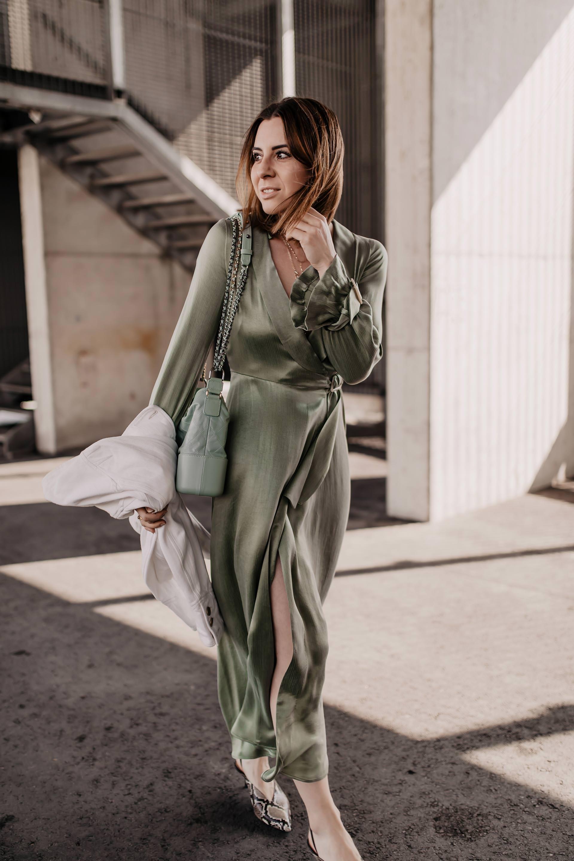 Salbeigrün kombinieren // unbeauftragte Werbung // welche Farbe ist 2019 modern,Welche Farbe ist 2019 in,Welche Farbe passt zu Grün,Modetrends 2019,trendfarben im frühjahr 2019,Frühlingsoutfit,Midikleid kombinieren,schuhe mit schlangenmuster,es grünt so grün,Hellgrün kombinieren, Mode Tipps, Streetstyle, www.whoismocca.com #modetrends #frühlingstrends #salbeigrün #trendfarben #streetstyle #midikleid