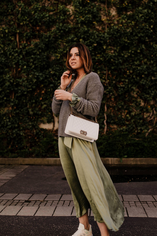 Sneakers zum Kleid kombinieren // Produktplatzierung //Adidas Crazychaos,Deichmann Schuhe Online shop,sportliche sneakers, Frühlinsgtrends,welche Schuhe zum Frühlingsoutfit,welche Schuhe sind im Trend, Sneakers undMidikleid kombinieren, Midikleid mit Ärmel, Outfit mit Adidas Schuhen, Frühling 2019 Trends,schickes Alltagsoutfit, Modeblogger, www.whoismocca.com #adidas #midikleid #frühlingsoutfit #modetrends #streetstyle