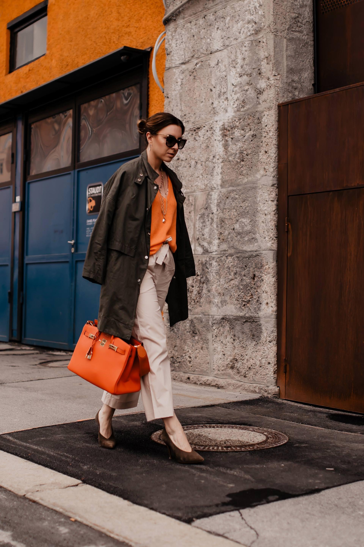 Anzeige. Casual-Chic Outfit mit Culotte vonPETER HAHN, hochwertigeDamenmode online bestellen,mode für anspruchsvolle Frauen,klassisch zeitlos,zeitgemäße mode,Feel Nature,kaschmir pullover,beige Culotte kombinieren,oranger pullover kombinieren,Frühlingsoutfit,outfit mit grünem parka, Modeblogger, www.whoismocca.com #frühlingsoutfit #culotte #parka #kaschmir