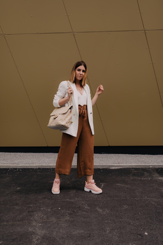 Auf dem Modeblog findest du heute die schönsten Chunky Sneakers unter 50 Euro. Des Weiteren auch Mode-Tipps für den Chunky Sneakers Trend 2019 und Inspiration für dein Chunky Sneakers Outfit. Egal ob Chunky Trainers,Ugly Sneakers,Dad Sneakers – diese Schuhtrends 2019 sind perfekt für dein Frühlingsoutfit. Ich zeige dir auch mein Outfit mit Culotte und gebe dir Tipps, wie man auch im Alltag Chunky Sneakers kombinieren kann.#chunkysneakers #schuhtrends #modetrends #frühlingsoutfit