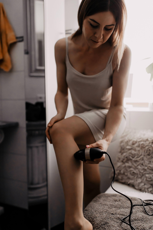 Anzeige. Auf meinem Beautyblog geht es heute um die dauerhafte Haarentfernung mit IPL-Gerät für Zuhause. Ich teile meine Erfahrungen zur Smoothskin Bare IPL Haarentfernungund praktische Tipps mit dir, erkläre den Unterschied zwischen Laser und IPL und gebe Antworten auf folgende Fragen: Welche ist diebeste dauerhafte Haarentfernung für zuhause?, Wo kann ich denSmoothskin Bare kaufen?,Was ist IPL Haarentfernung?,Wie funktioniert Haarentfernung mit IPL? und bringe die IPLHaarentfernung Schmerzen mit sich? #ipl #haarentfernung #erfahrungsbericht #laserbehandlung #smoothskinbare