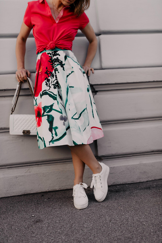 Auf meinem Modeblog findest du heute Tipps für ein schönes Gartenparty-Outfit. Ich zeige dir, wie gut du einen Blumenmuster-Midirock mit Poloshirt kombinieren kannst und präsentiere dir Gartenparty-Styling-Ideen für den nächsten feierlichen Anlass.Mehr auf www.whoismocca.com #gartenparty #midirock #dresscode #sommeroutfit