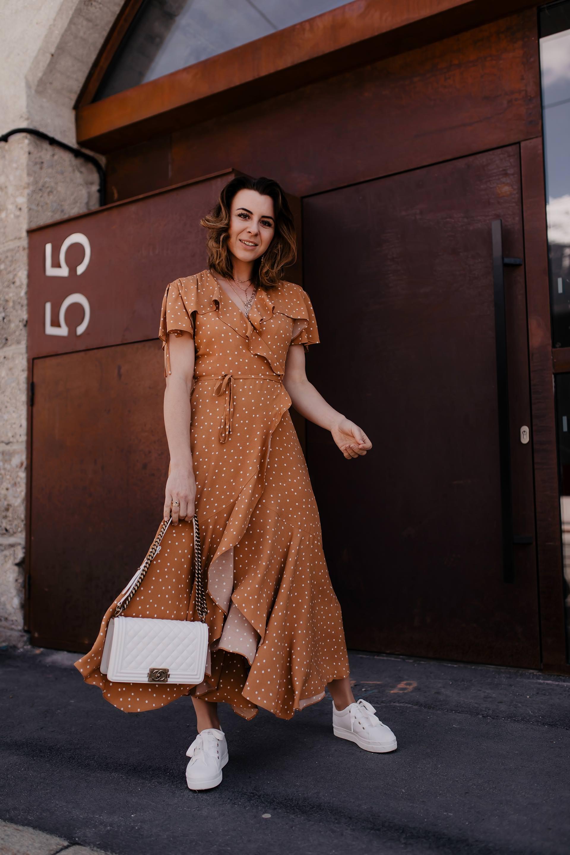 Auf meinem Modeblog findest du jetzt ein Maxikleid Outfit für den Sommer mit Plateau Sneakers und Chanel Boy Bag. Außerdem gebe ich dir Tipps, wie du Polka Dots kombinieren und im Alltag stylen kannst. Alle Outfit-Details sowie Shopping-Tipps findest du ebenfalls auf whoismocca.com #maxikleid #polkadots #modetrends #sommeroutfit #plateausneakers