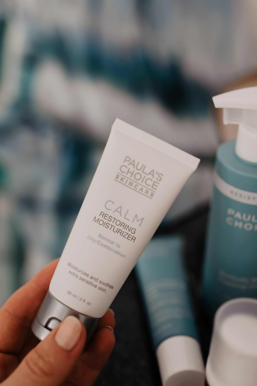 Anzeige. Wer seine Mischhaut richtig pflegen möchte, sollte auf einen Mix aus Reinigung, Peeling und Gesichtscreme setzen. Ich zeige dir heute, wie ich meine Mischhaut in den Griff bekommen habe und welche Beautyprodukte fester Bestandteil meiner Hautpflege-Routine sind! Außerdem teile ich meine Paula's Choice Erfahrungen mit dir und gebe dir Tipps für eine gelungene Mischhaut-Gesichtspflege-Routine. www.whoismocca.com #mischhaut #hautpflege #gesichtspflege #morgenroutine #erfahrungsbericht #paulaschoice