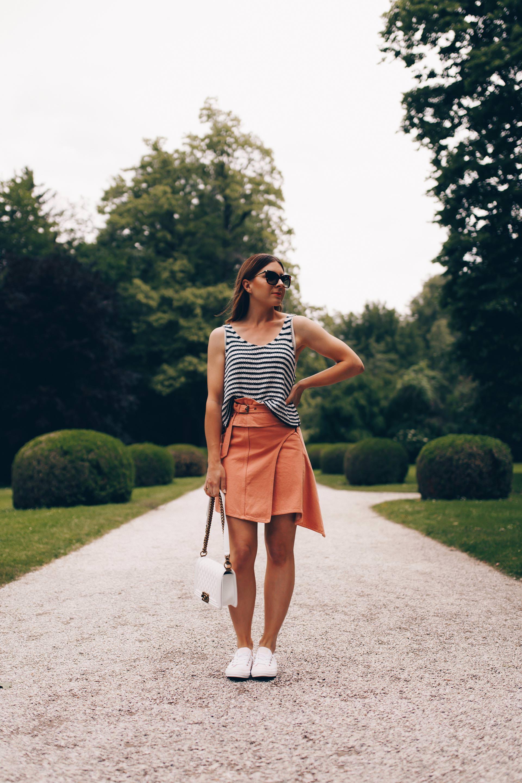 Am Modeblog findest du heute ein Sommer Outfit mit Sneakers. Ich gebe dir Tipps, wie du deinen Jeansrock kombinieren kannst und wie gut Rock und Sneakers zusammenpassen. Mehr zu meinem Converse Outfit und den besten Sneakers für den Sommer findest du jetzt auf www.whoismocca.com #sommeroutfit #converse #jeansrock #modetrends