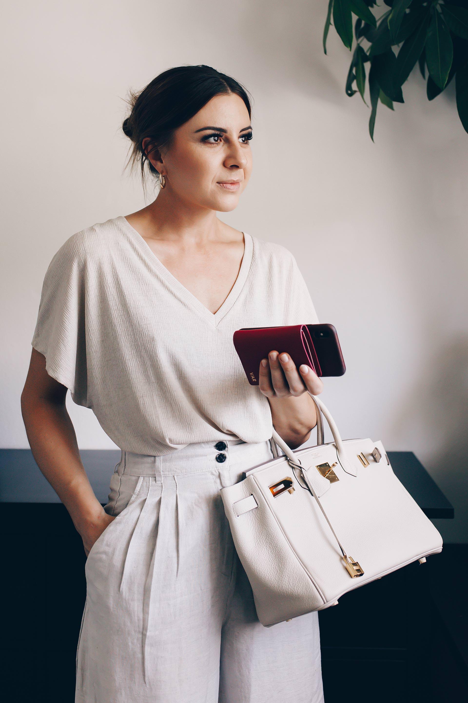 Welche Kleidung kühlt im Sommer und was ziehe ich im Sommer im Büro an? Gerade wenn es darum geht, Büro Outfits in der heißesten Jahreszeit zu kombinieren, kann man schon mal an seine Grenzen stoßen. Auf dem Modeblog findest du jetzt Styling-Tipps für dein Sommer Business Outfit und passende Beauty-Tipps für dein Sommer-Makeup. www.whoismocca.com #sommeroutfit #bürooutfit #modetrends #officelook #businessoutfit #karriereblog