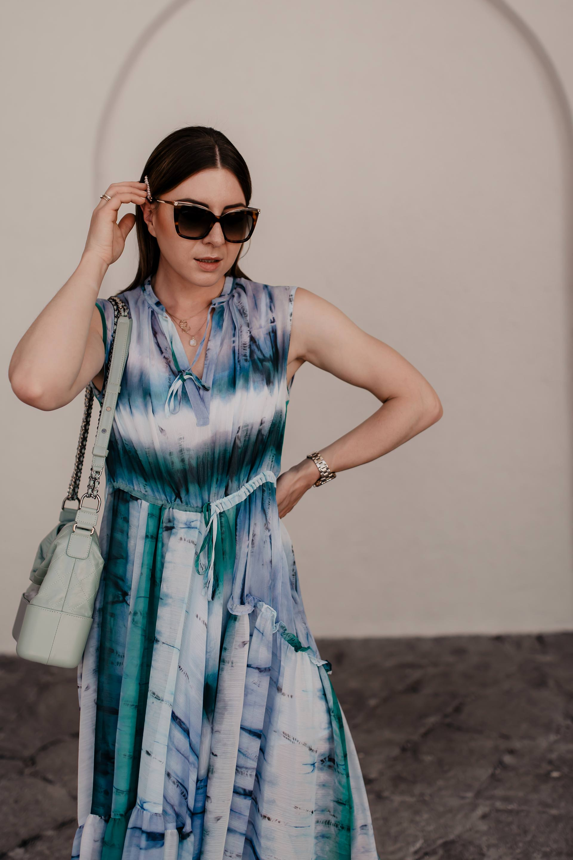 """Batik kombinieren leicht gemacht: Ich zeige dir in einem Sommer Outfit, wie gut du den Tie-Dye Trend 2019 im Alltag kombinieren kannst. Außerdem findest du auf meinem Modeblog zahlreiche Styling-Tipps rund um das Batik-Muster. Die Sommer Trends 2019 versprechen jede Menge stilvolle Tie-Dye Outfits, womit sich die """"Was ziehe ich im Sommer an?""""-Frage direkt beantworten lässt. Mehr liest du jetzt auf www.whoismocca.com. #batik #tiedye #sommertrends #modetrends #sommeroutfit"""