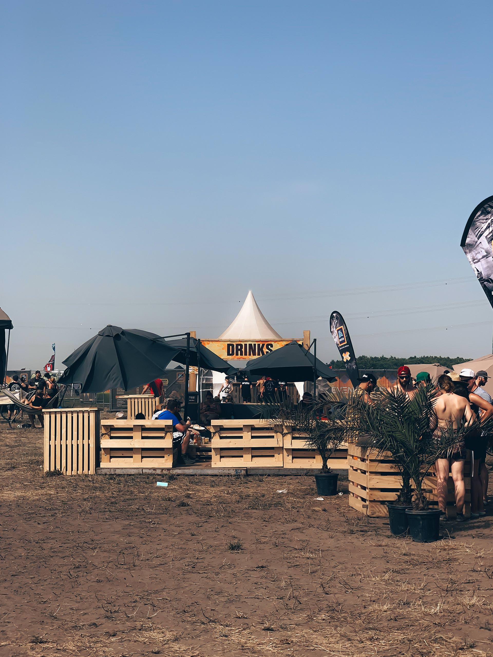 """Anzeige. So war das NOVA ROCK Festival 2019 mit HOFER. Wie das erste Festival für mich war und meine Festival-Hacks findest du jetzt am Blog. Ich teile meine Tipps und Tricks zu Mode, Beauty und Food mit dir – für alle Frauen, die es auch am Festival """"stilvoll"""" haben möchten. www.whoismocca.com #novarock #festival #festivalhacks #hoferevent"""