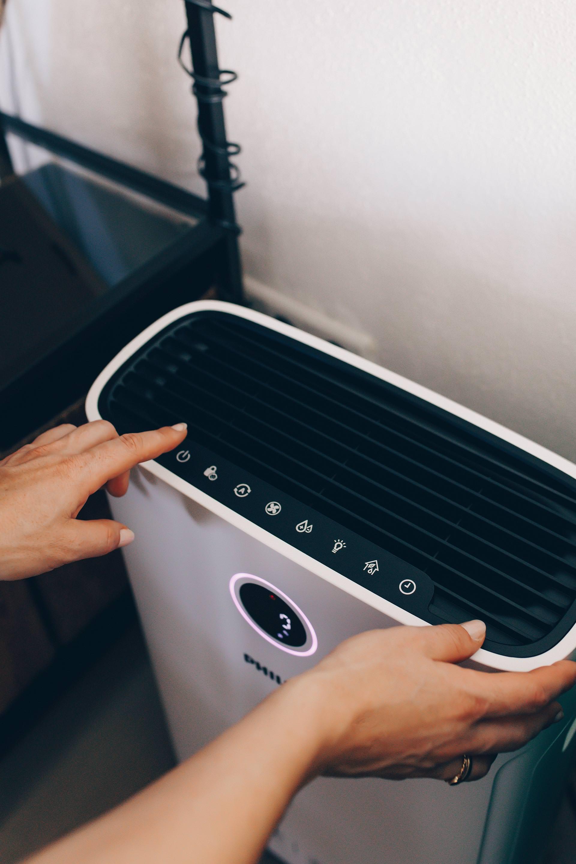 Es ist Pollenzeit! // Anzeige // Daher habe ich heute 4 einfache Tipps für ein gesundes Raumklima und bessere Luftqualität für dich gesammelt! Was mir im Alltag hilft und wie einfach du deine Raumluft mit dem Philips 2-in-1 Air Purifier and Humidifier verbessern kannst, liest du jetzt auf whoismocca.com #pollenzeit #raumklima #luftreiniger #luftbefeuchter #philips