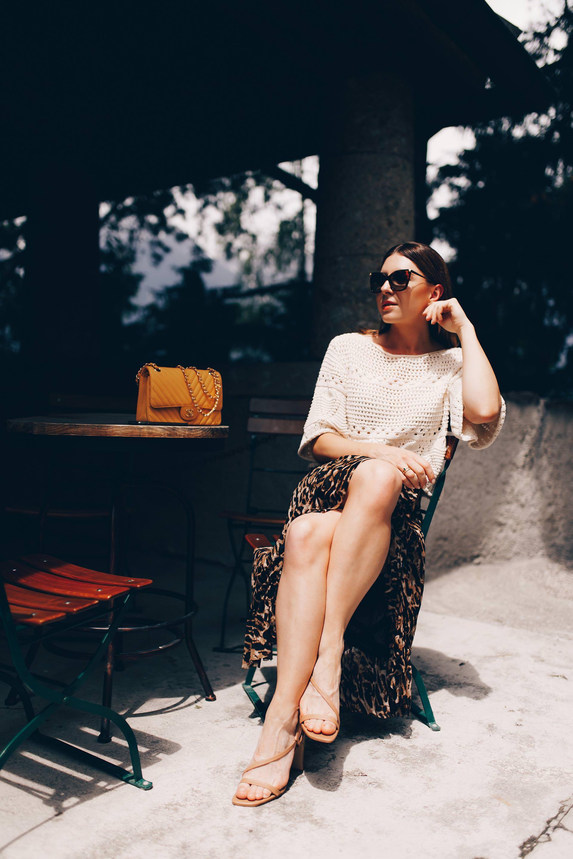 Mein Sommer Outfit mit Rock im Leoprint findest du jetzt auf meinem Modeblog. Ich verrate dir auch, wo du schöne Wickelröcke mit Animal Print online kaufen kannst und passende Styling-Tipps. Ein schöner Wickelrock ist ein echtes Wardrobe Essential und sollte bei der Sommertrends 2019 Garderobe auf keinen Fall fehlen! #wickelrock #sommertrends #leorock #midirock