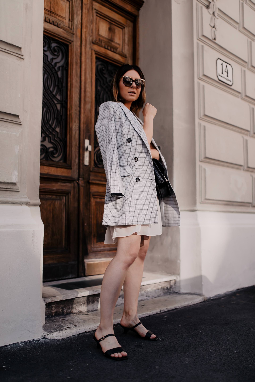 Am Modeblog findest du heute ein Sommer Outfit mit Kleid und Blazer. Welche Tipps es bei Kleid-Blazer-Kombis zu beachten gibt und alle Outfit-Details verrate ich dir jetzt online am whoismocca.com Fashion Blog. #sommeroutfit #sommerkleid