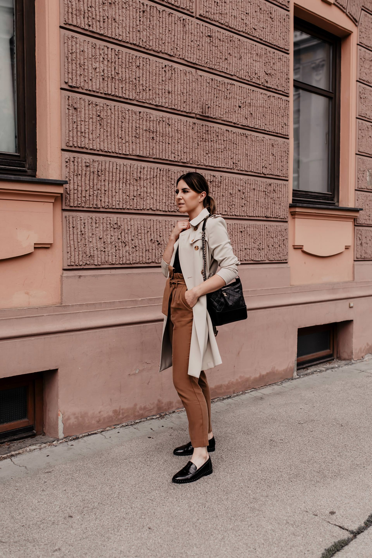 enthält Werbung. Am Modeblog findest du heute ein Herbst Outfit mit schönen Loafers. Ich gebe dir außerdem Tipps, wie gut man eine Paperbag Hose kombinieren kann und zeige dir alle Outfit-Details zum nachshoppen. #paperbaghose #herbstoutfit #loafers