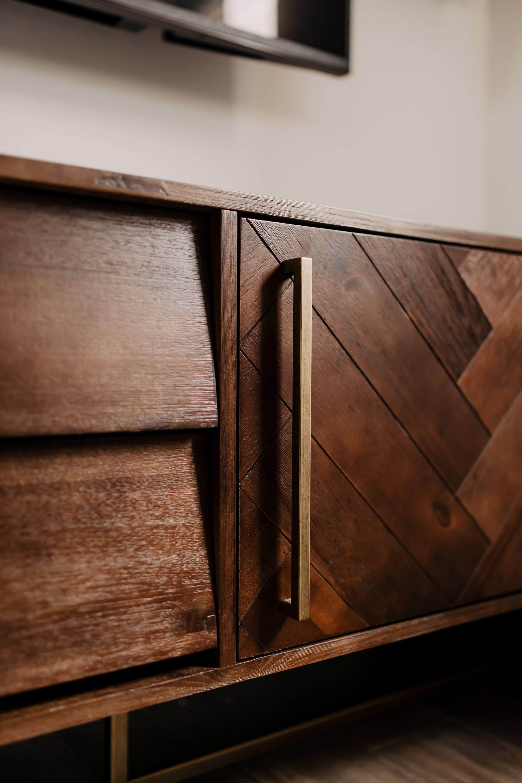 Auf meinem Interior Blog zeige ich dir Wohnideen, Einrichtungstipps und Einblicke in unser neues Zuhause. So haben wir unser Wohnzimmer, Küche, Essbereich und eine Wand mit Konsole gestaltet. www.whoismocca.com #wohnzimmer #wohnzimmer #sideboard #tvbank