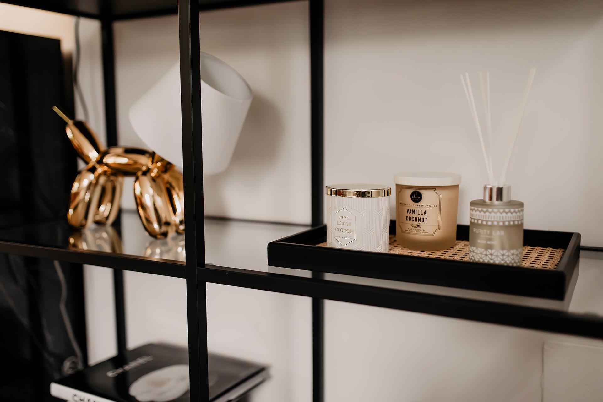 Auf meinem Interior Blog zeige ich dir Wohnideen, Einrichtungstipps und Einblicke in unser neues Zuhause. So haben wir unser Wohnzimmer, Küche, Essbereich und eine Wand mit Konsole gestaltet. www.whoismocca.com #hundelampe #konsole