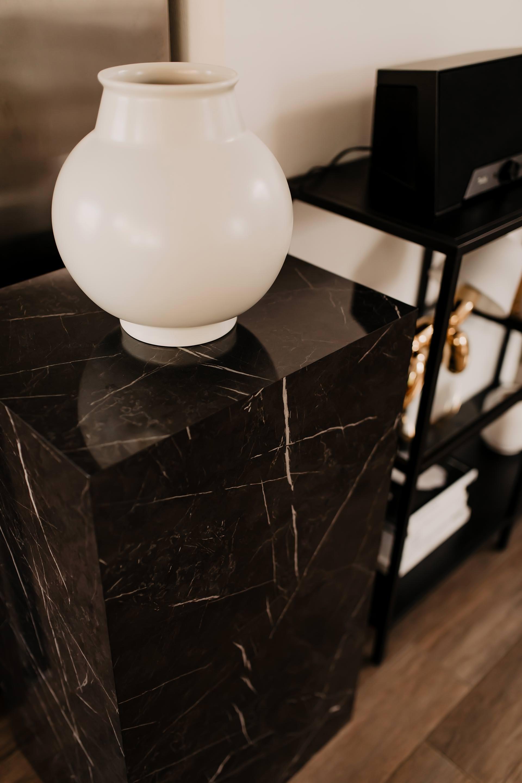 Auf meinem Interior Blog zeige ich dir Wohnideen, Einrichtungstipps und Einblicke in unser neues Zuhause. So haben wir unser Wohnzimmer, Küche, Essbereich und eine Wand mit Konsole gestaltet. www.whoismocca.com #couchtisch #konsole