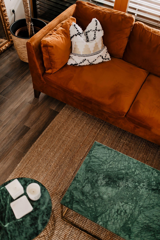 Auf meinem Interior Blog zeige ich dir Wohnideen, Einrichtungstipps und Einblicke in unser neues Zuhause. So haben wir unser Wohnzimmer, Küche, Essbereich und eine Wand mit Konsole gestaltet. www.whoismocca.com #wohnzimmer #sofa #stockholm