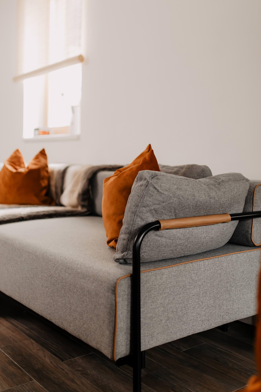 Auf meinem Interior Blog zeige ich dir Wohnideen, Einrichtungstipps und Einblicke in unser neues Zuhause. So haben wir unser Wohnzimmer, Küche, Essbereich und eine Wand mit Konsole gestaltet. www.whoismocca.com #wohnzimmer #schlafsofa