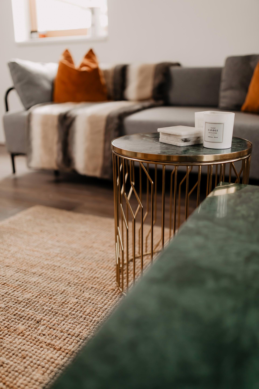 Auf meinem Interior Blog zeige ich dir Wohnideen, Einrichtungstipps und Einblicke in unser neues Zuhause. So haben wir unser Wohnzimmer, Küche, Essbereich und eine Wand mit Konsole gestaltet. www.whoismocca.com #wohnzimmer #marmor #couchtisch