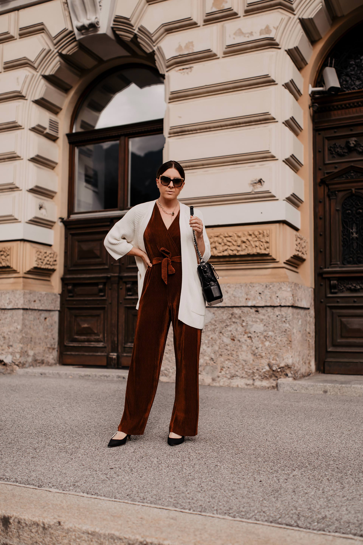Auf dem Modeblog findest du jetzt ein Herbst Outfit mit Jumpsuit, Strick-Cardigan und Pumps. Ich gebe dir Tipps, wie du im Herbst einen Jumpsuit kombinieren kannst und stelle dir ein legeres Outfit vor, dass du im Büro und auch in deiner Freizeit tragen kannst. www.whoismocca.com #herbstoutfit #jumpsuit