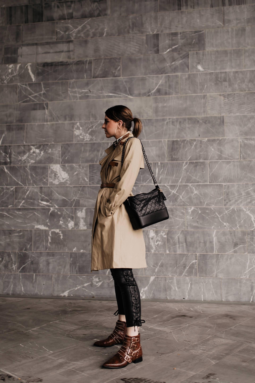 Produktplatzierung. Am Modeblog findest du heute ein Herbst Outfit mit Lederhose, Trenchcoat und Nieten-Boots. Wie immer mit allen Shopping-Details und Mode Tipps. Klick dich rein und ich zeige dir, wie gut man eine schwarze Lederhose kombinieren kann, wo du die perfekten Herbst Trenchcoats kaufen kannst und wo es die braunen Nieten-Boots gibt! www.whoismocca.com #herbstoutfit #lederhose #modetrends #trenchcoat