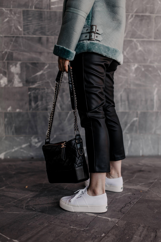 Werbung. Du möchtest weiße Sneakers im Herbst und Winter kombinieren? Dann bist du hier auf meinem Modeblog genau richtig. Im heutigen Beitrag zeige ich dir nicht nur ein passendes Alltagsoutfit, sonderngebe dir auch Styling-Tipps für jeden Tag. www.whoismocca.com #herbstoutfit #superga #lederhose #pilotenjacke