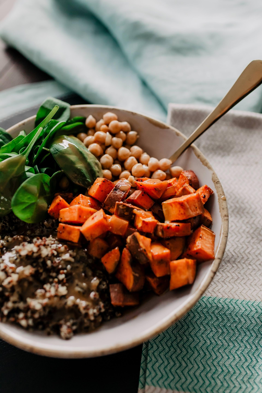 Anzeige. leckere Bowl mit Süßkartoffeln, Quinoa und Kichererbsen // Auf dem Foodblog findest du jetzt Ideen für ein einfaches Mittagessen ohne Fleisch. 5 schnelle vegetarische Rezepte für jeden Tag teile ich mit dir! www.whoismocca.com #bowl #vegetarisch