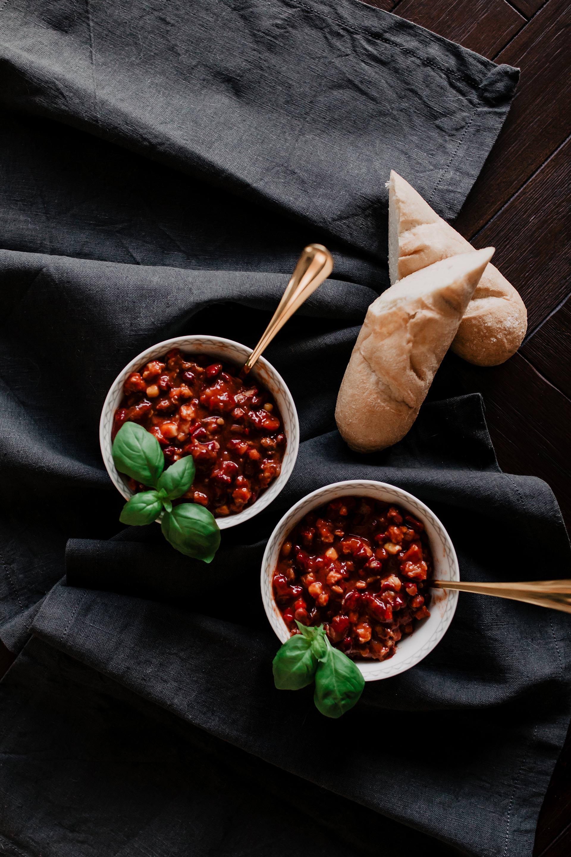Anzeige. herzhaftes Chili sin Carne // Auf dem Foodblog findest du jetzt Ideen für ein einfaches Mittagessen ohne Fleisch. 5 schnelle vegetarische Rezepte für jeden Tag teile ich mit dir! www.whoismocca.com #chilisincarne #vegetarischerezepte #foodblogger