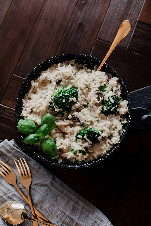 Anzeige. cremige Reispfanne mit Champignons und Brokkoli // Auf dem Foodblog findest du jetzt Ideen für ein einfaches Mittagessen ohne Fleisch. 5 schnelle vegetarische Rezepte für jeden Tag teile ich mit dir! www.whoismocca.com #reispfanne #veggie