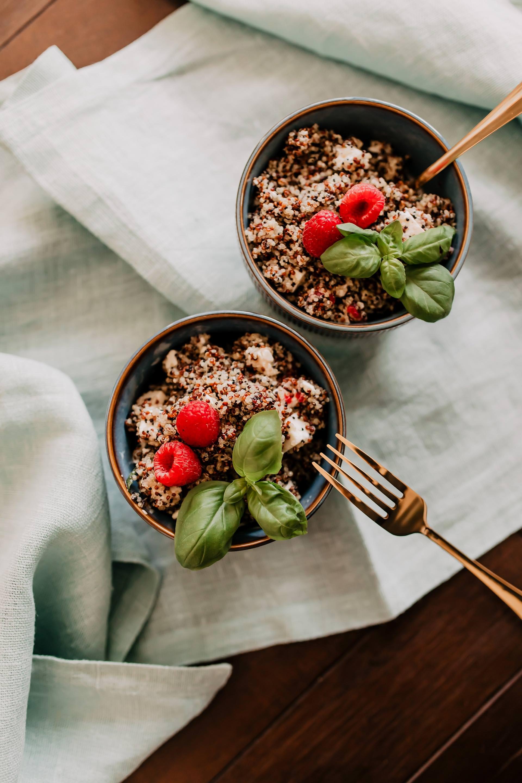 Anzeige. fruchtiger Quinoa-Salat mit Himbeeren und Ziegenkäse // Auf dem Foodblog findest du jetzt Ideen für ein einfaches Mittagessen ohne Fleisch. 5 schnelle vegetarische Rezepte für jeden Tag teile ich mit dir! www.whoismocca.com #mittagessen #quinoa #rezept