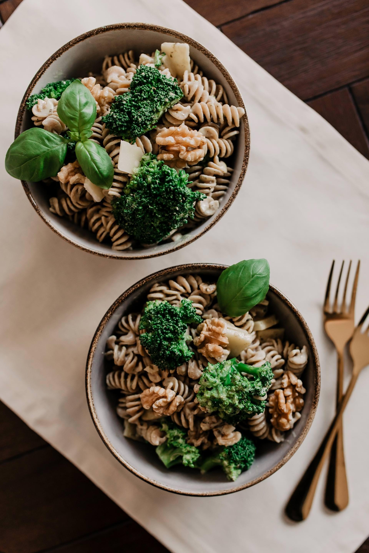 Anzeige. schmackhafte Vollkorn-Pasta mit Brokkoli und Walnüssen // Auf dem Foodblog findest du jetzt Ideen für ein einfaches Mittagessen ohne Fleisch. 5 schnelle vegetarische Rezepte für jeden Tag teile ich mit dir! www.whoismocca.com #vollkorn #pasta #veggie
