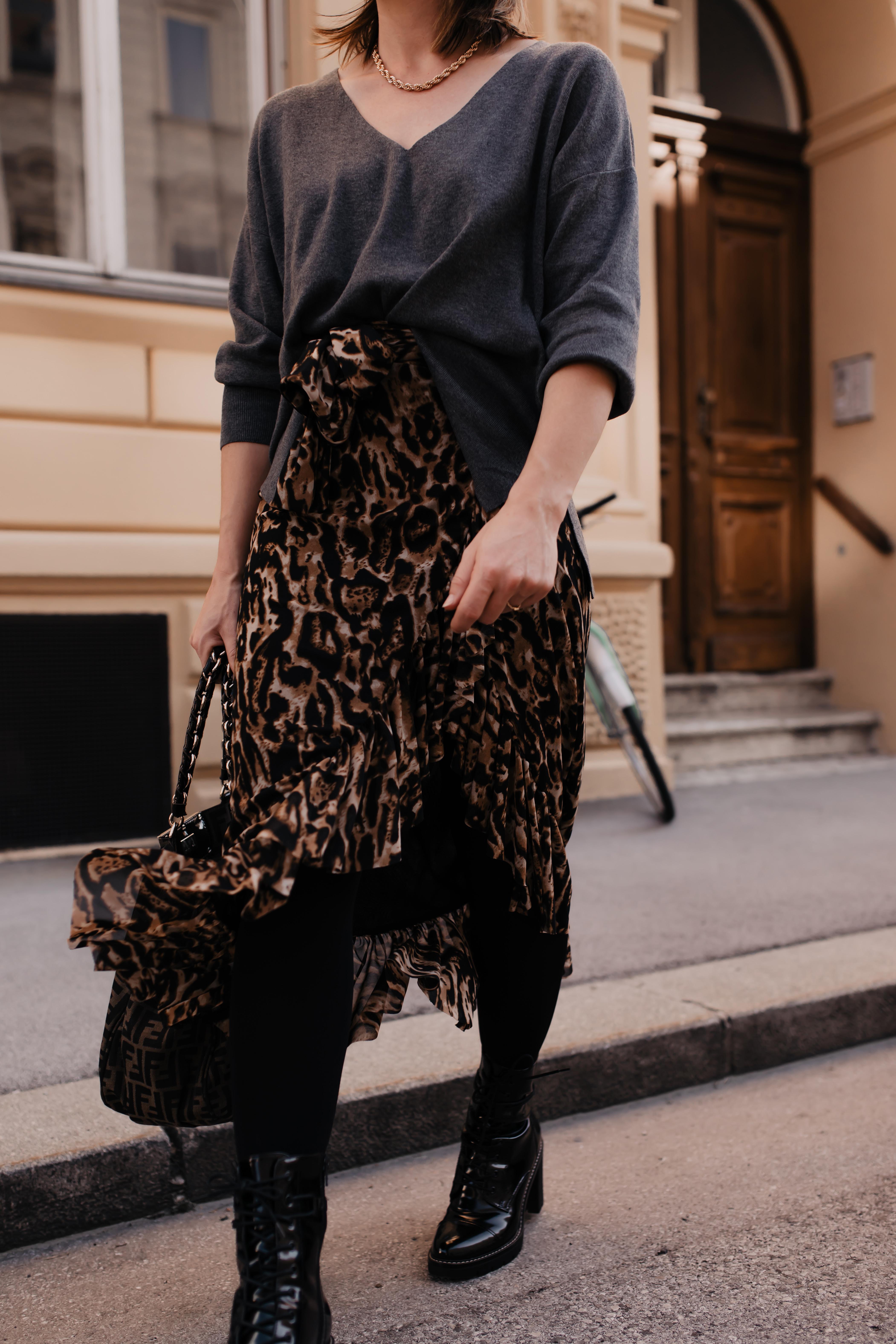 Werbung. Am Modeblog zeige ich dir ein Herbst Outfit mit Leo-Midirock, Schnürboots und Fendi Logo-Print Tasche. Außerdem gebe ich dir Tipps, wo du die perfekten geschnürten Stiefeletten für den Herbst finden wirst! www.whoismocca.com #herbstoutfit #schnürboots #midirock