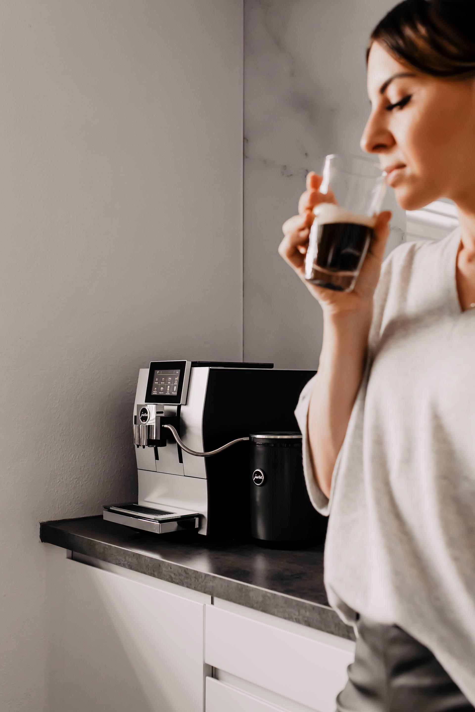 Anzeige. Die JURA Z8 Aluminium ist eingezogen und auf meinem Interiorblog teile ich meine Erfahrungen mit dir. Was guten Kaffee für mich aus macht und warum ein Kaffeevollautomat die beste Wahl für deine Küche ist, liest du jetzt online. www.whoismocca.com #jura #kaffeevollautomat #interiorblog