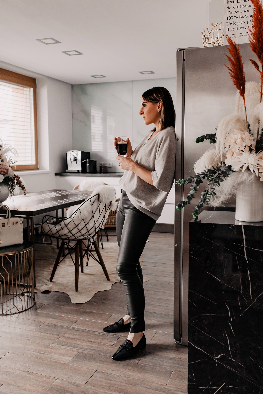 So haben wir unsere offene Wohnküche eingerichtet und gestaltet. Auf dem Interior Blog zeige ich dir heute unsere Küche sowie den gemütlichen Essbereich. Alle Details und Produkte habe ich dir im Beitrag verlinkt. www.whoismocca.com #wohnküche #essbereich #einrichtungsideen