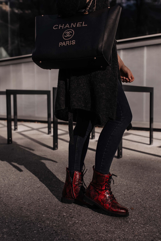 Anzeige. Du möchtest Boots mit Schlangenprint kombinieren? Ich zeige dir mein Herbst Outfit und gebe dir nützliche Styling-Tipps für deine Alltagslooks. Mehr am Modeblog www.whoismocca.com #snakeprint #herbsttrends #modetrends