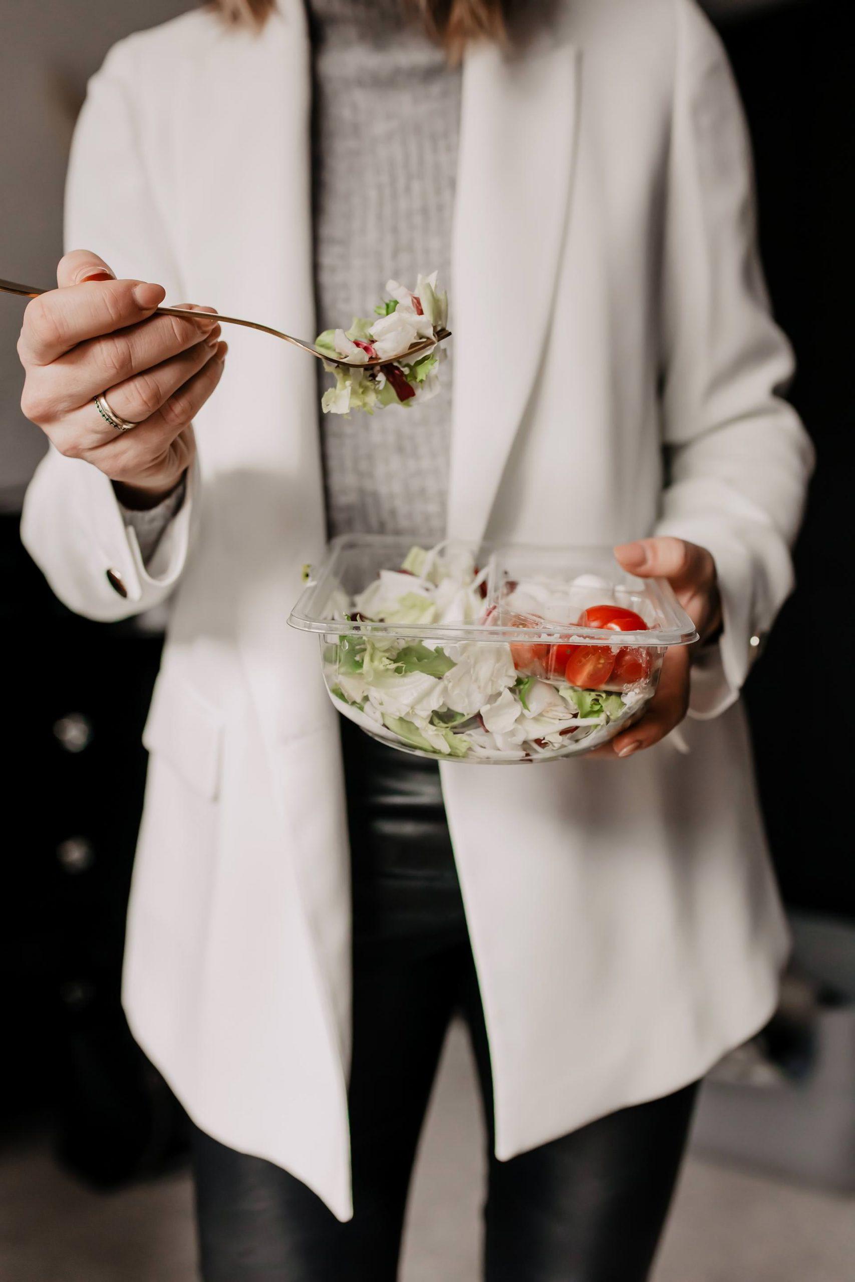 Anzeige. Was soll ich zu Mittag essen? Am Karriere Blog findest du jetzt 5 Tipps für gesundes Essen im Büro. Gesunde Ernährung im Office kann so einfach sein und ich verrate dir, auf welche gesunde und frische Fertigprodukte ich liebend gerne zurückgreife. www.whoismocca.com #mittagessen #gesundeernährung #karrieretipps