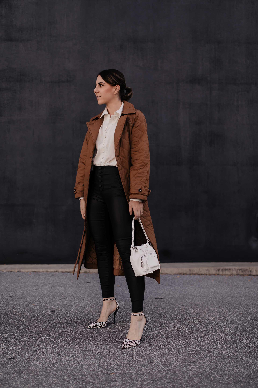 Du möchtest deine Lederhose im Büro kombinieren? Am Modeblog habe ich 5 Tipps, die du beachten solltest, wenn du die Lederhose im Business-Casual Outfit tragen möchtest. www.whoismocca.com #bürooutfit #business #modetrends #lederhose