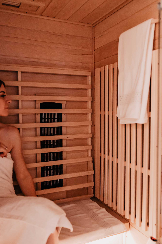 Anzeige. Hast du eine Self-Care Routine? Wie sieht es mit Entspannung und Wohlbefinden aus? Bist du auf der Suche nach Wellness-Ideen für die eigenen vier Wände? 5 gute Gründe, warum du dir eine Infrarotkabine für zuhause anschaffen solltest, liest du jetzt auf www.whoismocca.com. #infrarotkabine #selfcare #wohlbefinden #gesundheit