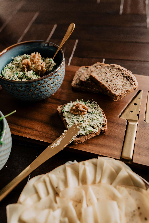 Anzeige. Heute gibt es auf meinem Foodblog 3 leckere Aufstriche mit Flora Plant, der 100 % pflanzlichen Alternative zu Butter! Was der Butter-Ersatz alles kann, wie er schmeckt und warum dies eine tolle vegane und laktosefreie Alternative zu Butter ist, liest du jetzt auf whoismocca.com #floraplant #aufstriche #vegan