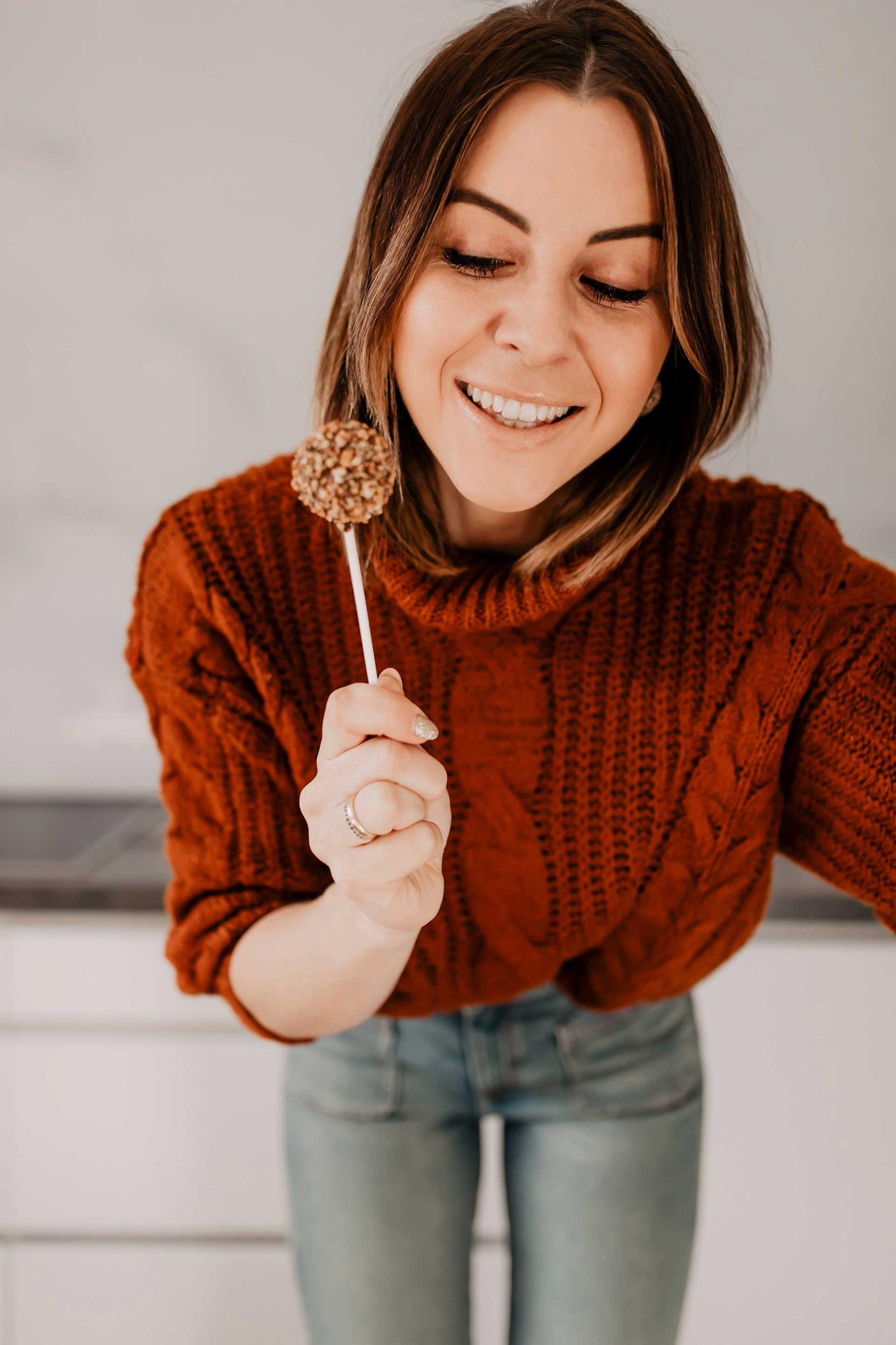 Anzeige. 3 einfache Silvester-Rezepte findest du heute am Foodblog. Ich zeige dir, wie schnell man Schoko-Cake-Pops selber machen kann und wie dir leckere Glückskekse gelingen. Den Silvester-Spritzer musst du auch unbedingt ausprobieren! www.whoismocca.com #silvester #rezepte #cakepops #glückskekse #silvesterspritzer