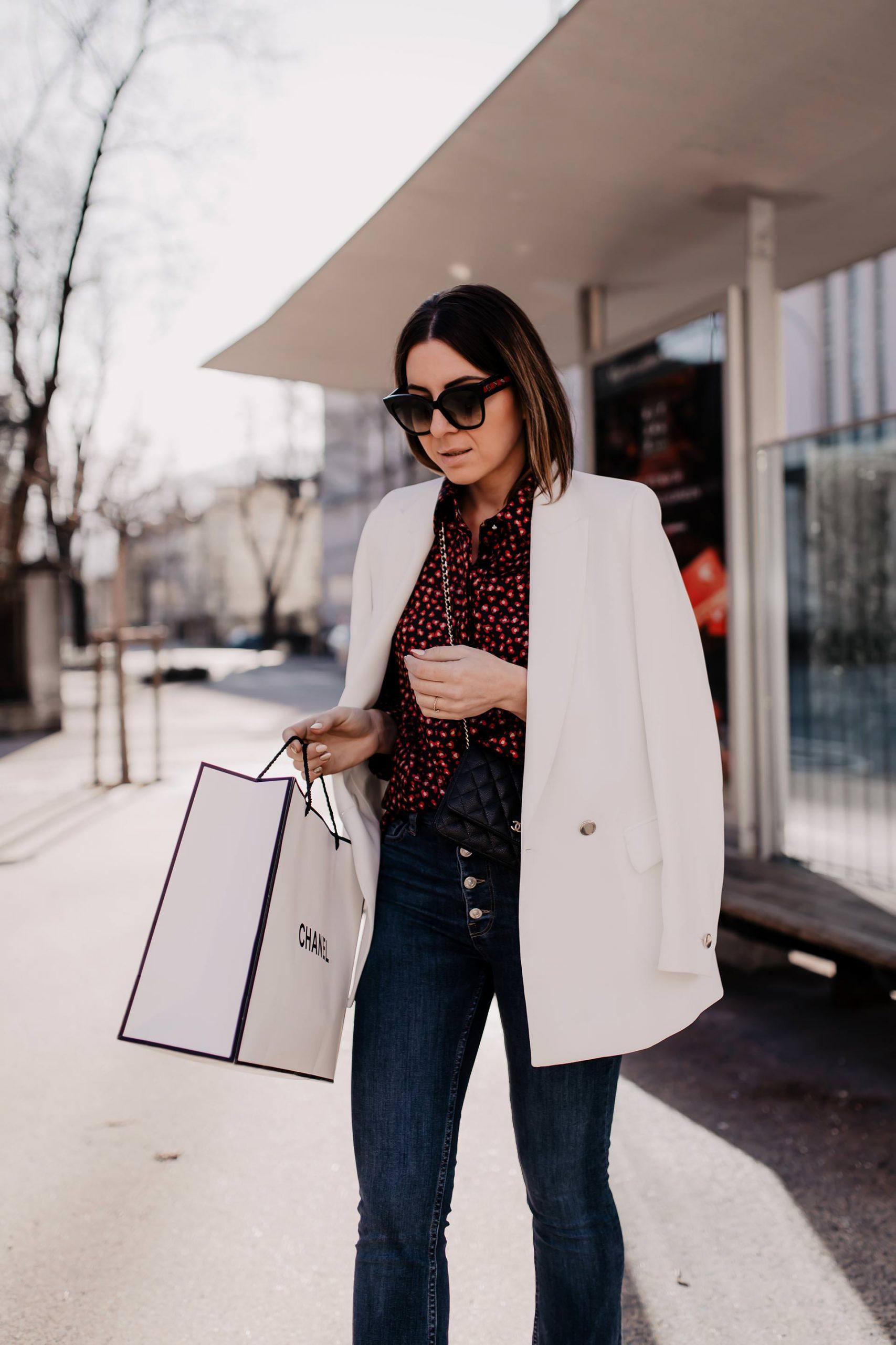 Produktplatzierung. Mein festliches Outfit für den Alltag mit Blazer und Glitzer-Boots findest du jetzt am Modeblog whoismocca.com. So einfach kannst du dein Basic-Outfit ein wenig festlicher gestalten!#vorweihnachtszeit #streetstyle #festlichesoutfit
