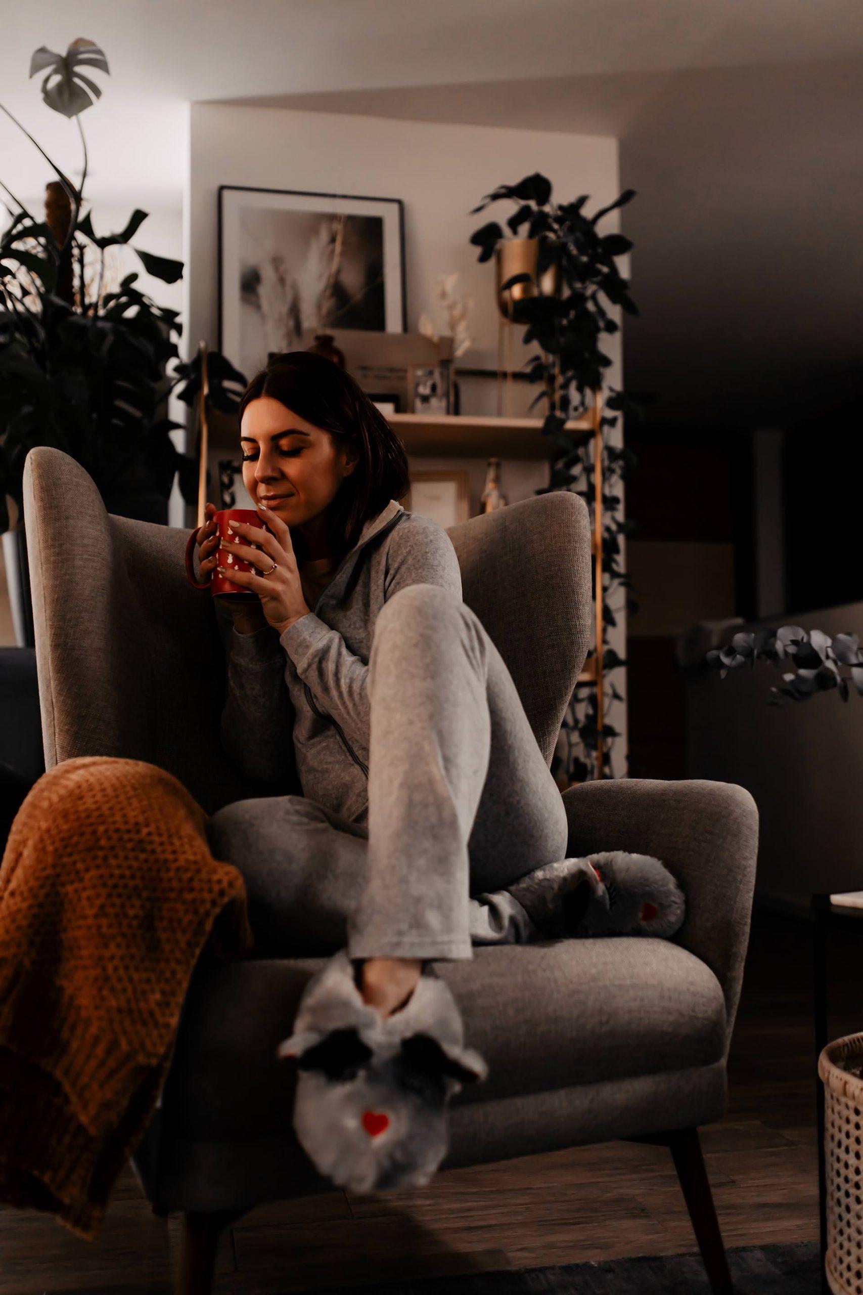 Anzeige. 9 Tipps für einen entspannten Home-SPA Abend an kalten Tagen gibt es jetzt am Karriere Blog. Ein bisschen Me-Time ist das A und O für mehr Gesundheit und Wohlbefinden im Alltag und Job! www.whoismocca.com #homespa #entspannung #karriereblog #wohlbefinden